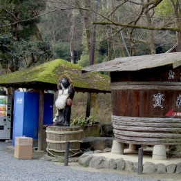 Tanuki, Sake barrel and the ever present vending machines at the entrance to the shrine.